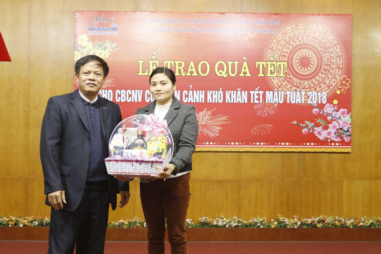 Thăm hỏi, tặng quà Tết cho Mẹ Việt Nam Anh Hùng, CBCNV và gia đình có hoàn cảnh khó khăn nhân dịp Tết Mậu Tuất 2018